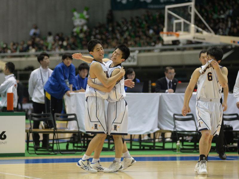 2回戦での勝利を喜ぶ洛南の選手たち [写真]=青木美帆