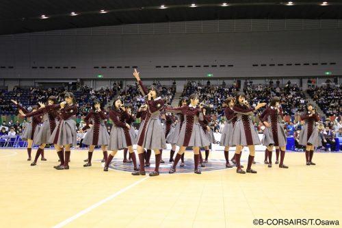 人気沸騰中の欅坂46が横浜のホームゲームに登場、華麗なパフォーマンスで会場を盛りあげる