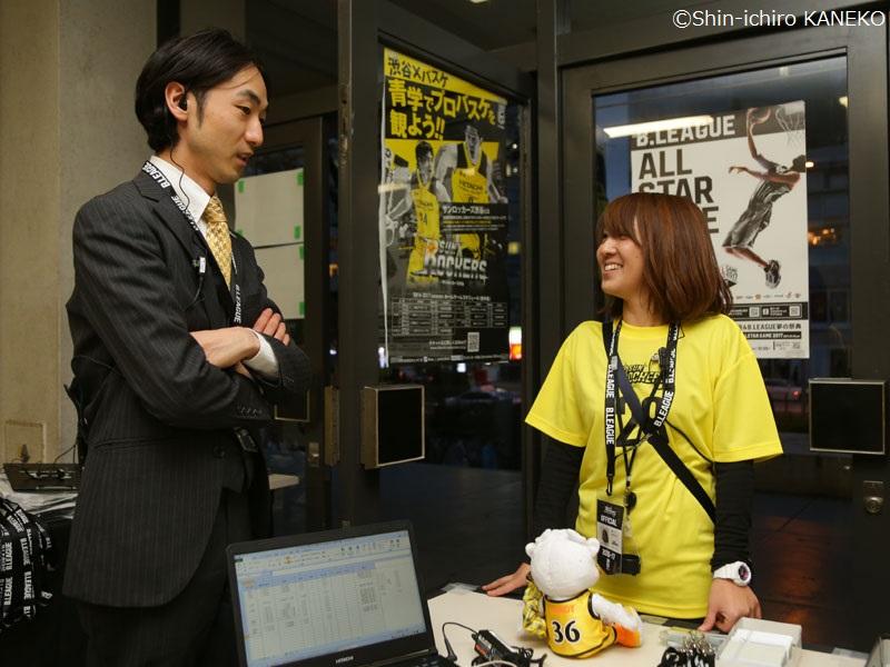 マーケティング担当の森亮人さん(左)、チケット担当の高橋彩さん(右) [写真]=兼子愼一郎