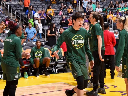 WNBAが開幕、渡嘉敷出場の試合にコービーとマジック・ジョンソンが登場