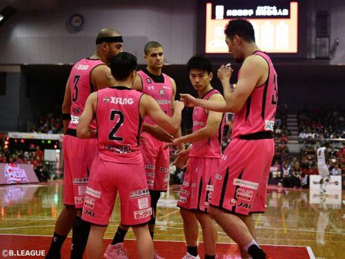 """2日間限りの""""ピンク軍団""""、千葉ジェッツがホームの大観衆に勝利を届ける"""