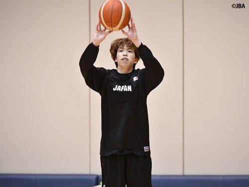 """""""カリー似""""の駆け引きから3ポイントシュートを放つ、女子日本代表の林咲希"""